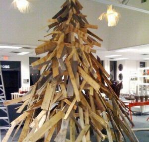 recycled_wood_pallets_christmas_tree_g7hez